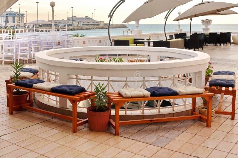 室外海视图酒吧大阳台内部 免版税库存图片