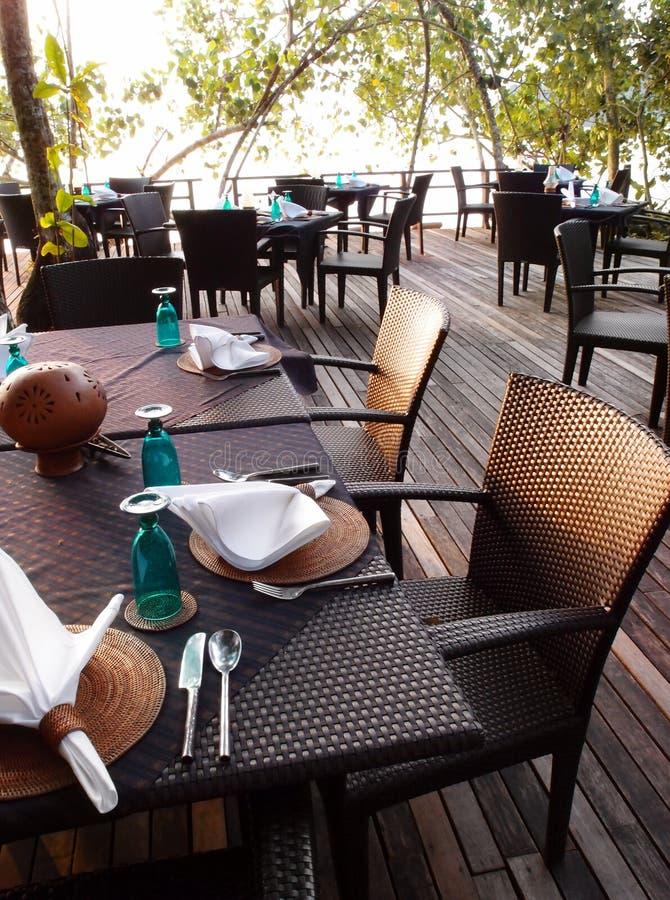 室外海边餐桌&刀叉餐具设置 免版税图库摄影