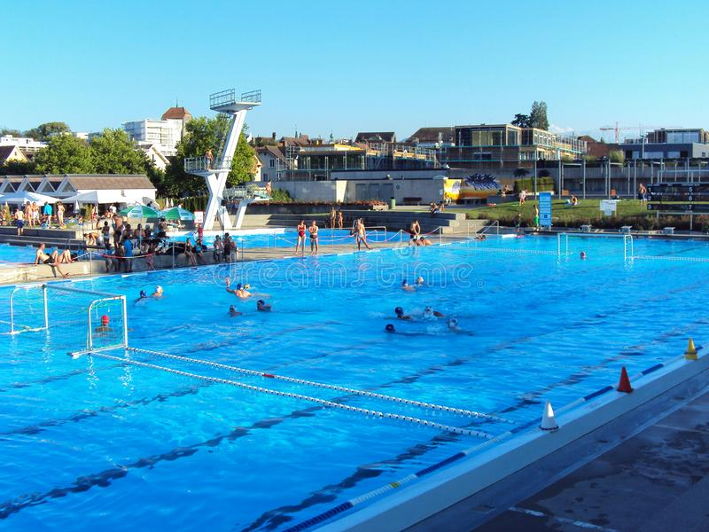 室外游泳池在城市 库存图片