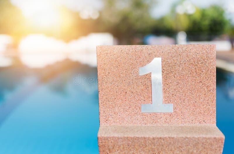 室外游泳池的出发台 免版税库存图片