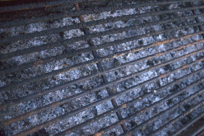 室外烹调通过烤 需要清洗的空的被烧焦的格栅花格 在钢铁丝格子和烧伤困住的铁锈 ashame 免版税库存图片