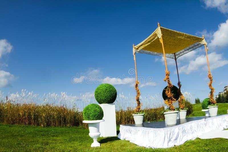 室外犹太人的婚礼仪式 库存照片
