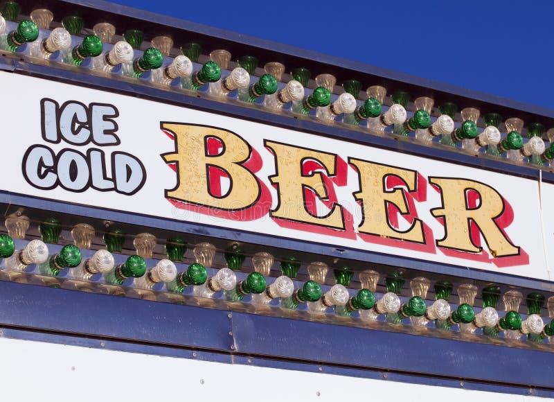室外狂欢节节日冰冷的啤酒让步 免版税库存照片