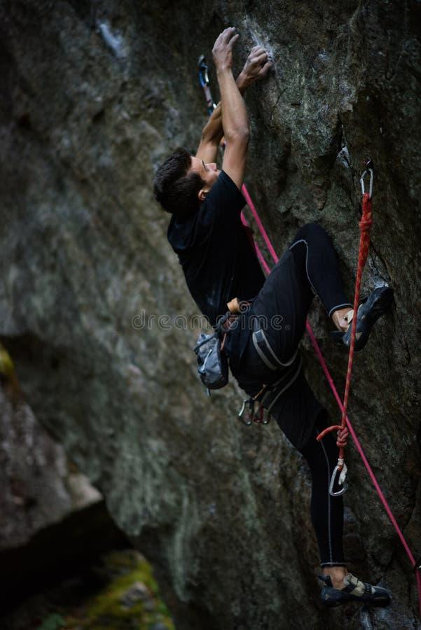 室外独特的体育 富挑战性上升的攀岩运动员 Extreeme上升 免版税库存照片