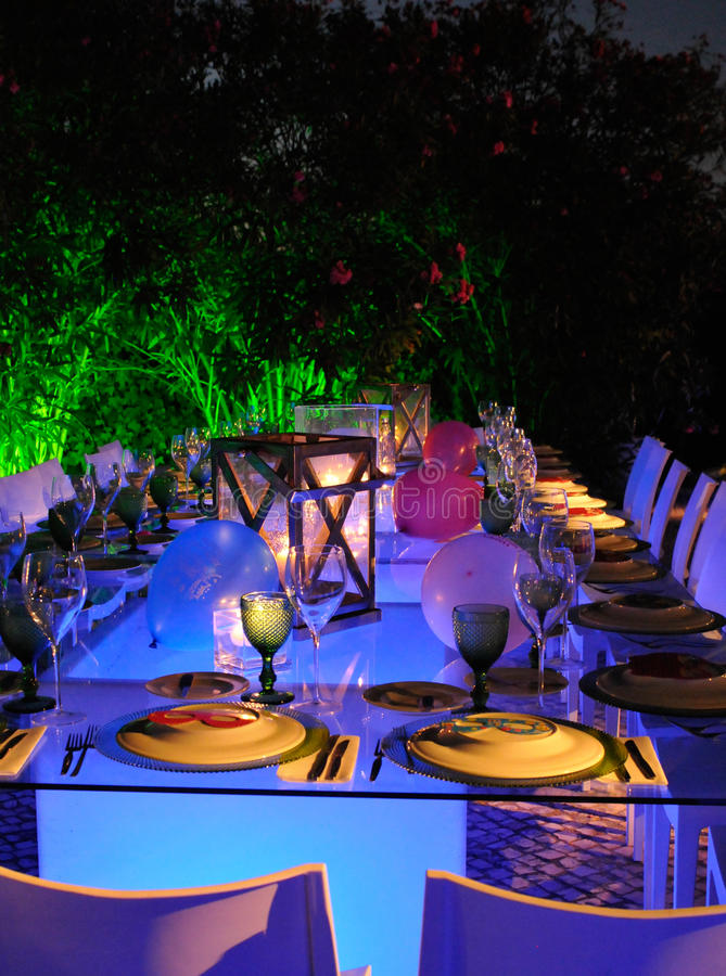 室外现代餐馆,蜡烛被点燃和表,白色餐巾,滑稽的表集合 免版税库存照片