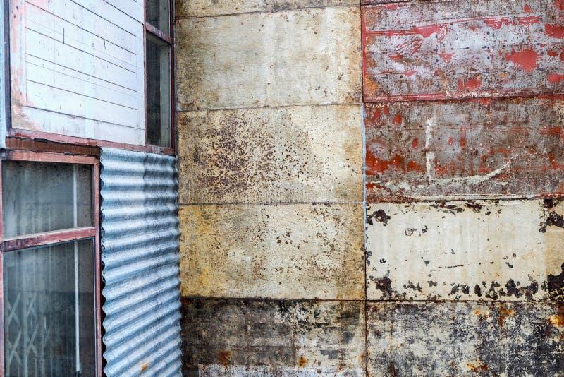 室外生锈的难看的东西墙壁混合材料 库存照片