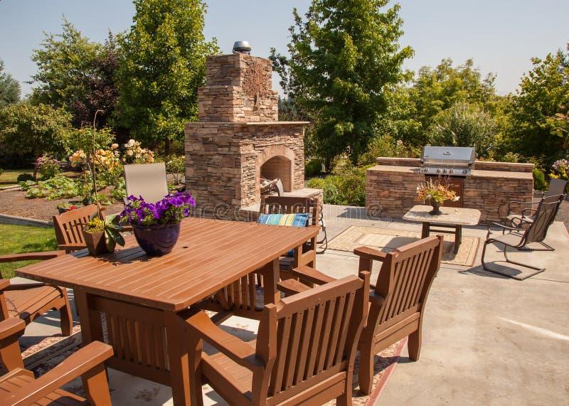 室外用餐与庭院 免版税库存图片