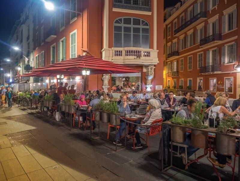 室外用餐在老尼斯,法国 免版税库存图片