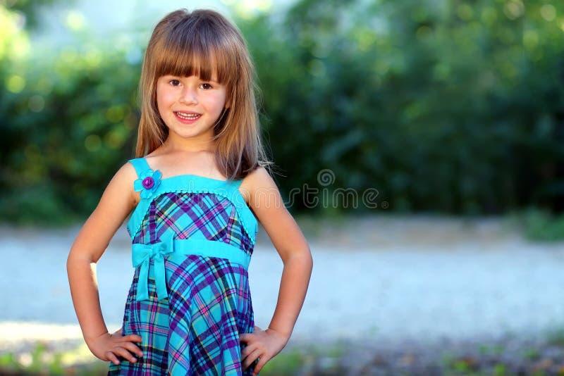 室外画象乐观微笑相当蓝色的小女孩 库存图片