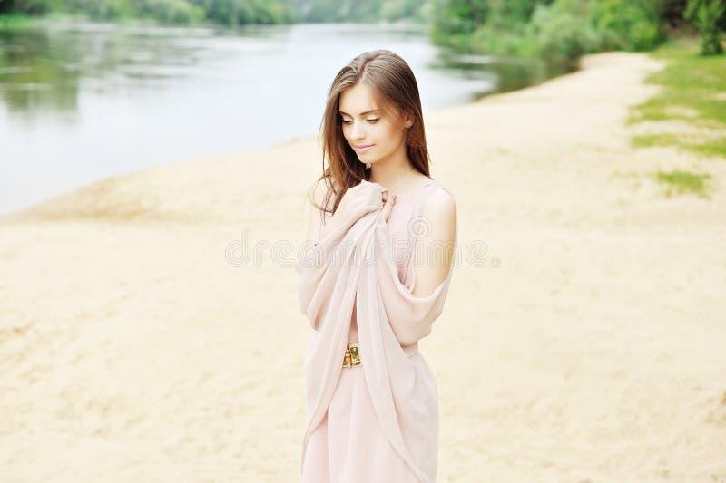 室外白色的礼服的可爱的女孩- 图库摄影