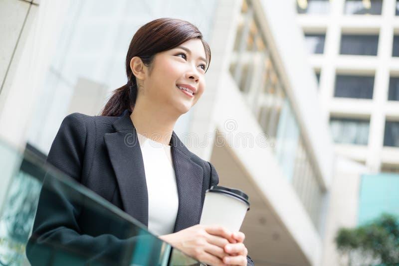 室外的女商人 免版税库存照片