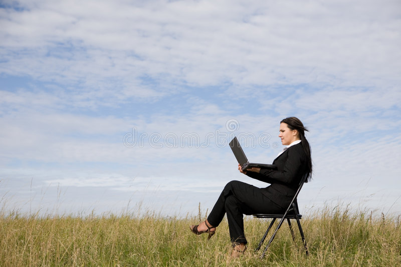 室外的女实业家 库存图片