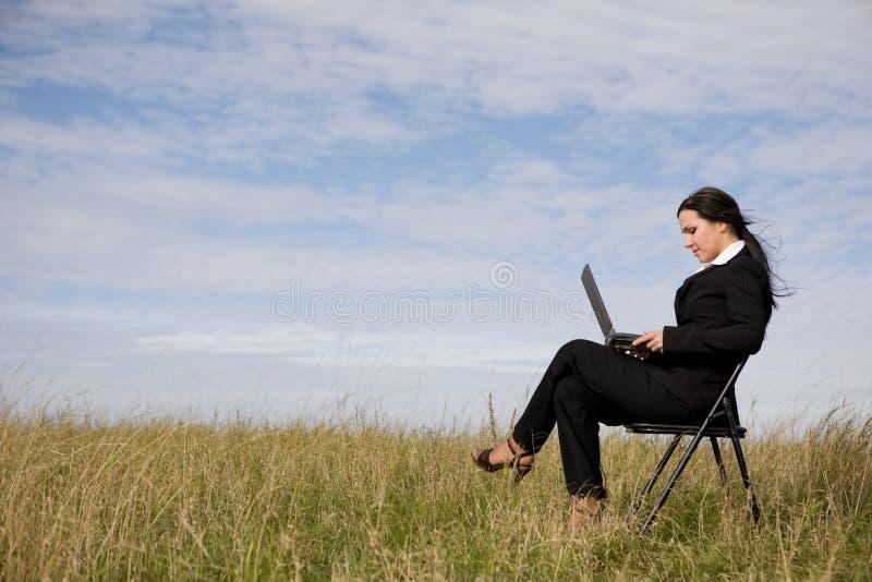 室外的女实业家 免版税库存图片