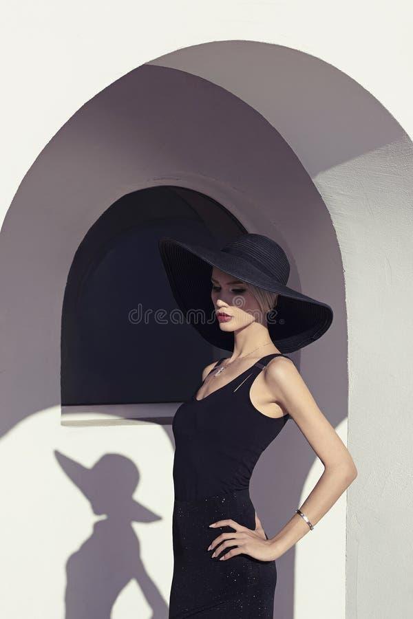 室外的帽子的白肤金发的妇女 图库摄影