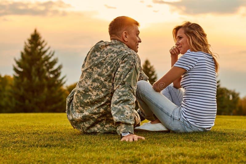 室外的战士和他的女朋友浪漫会议  免版税库存图片