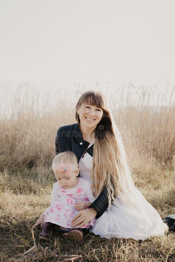室外的母亲和的女儿-图象 免版税图库摄影