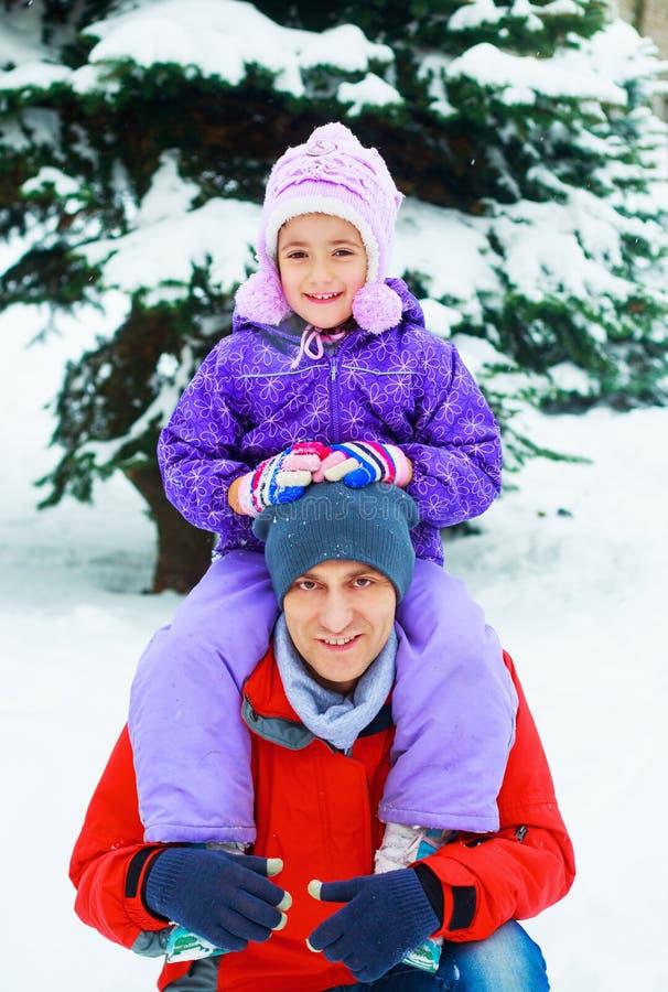 室外的父亲和的女儿 免版税库存照片