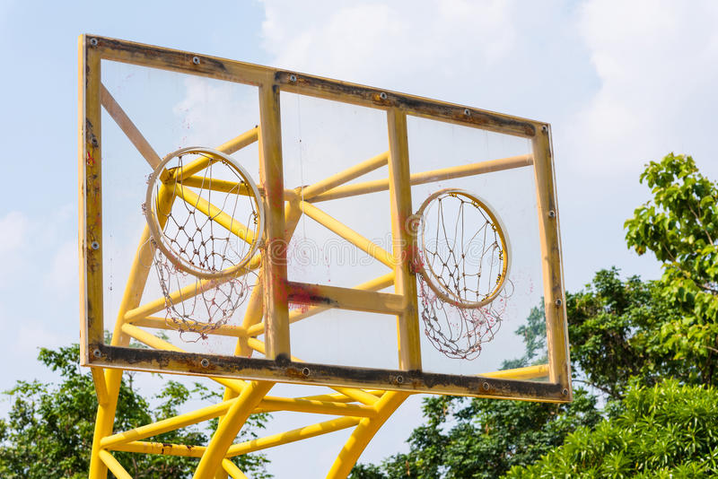 室外篮球两个箍 库存图片