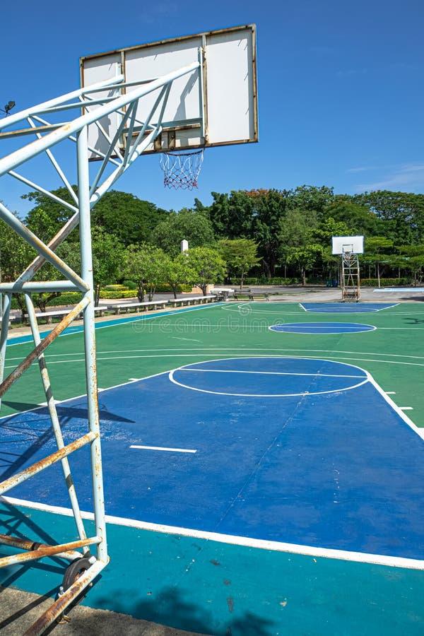 室外篮球在公园 库存照片