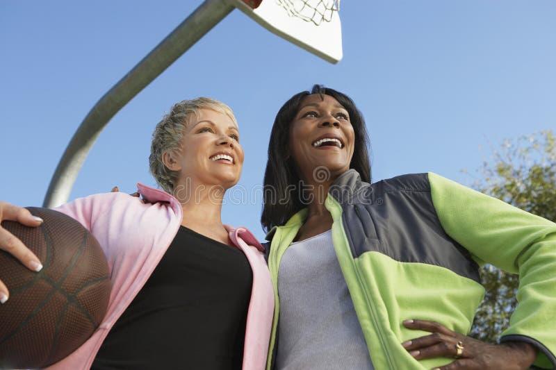 室外篮球场的妇女 库存图片