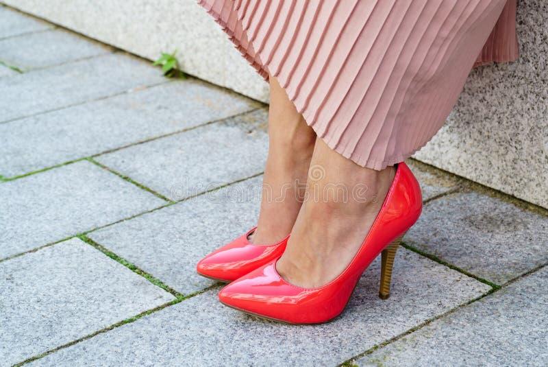 室外红色高跟鞋经典的鞋子 图库摄影