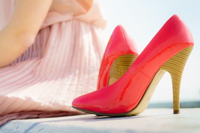 室外红色高跟鞋经典的鞋子 库存照片
