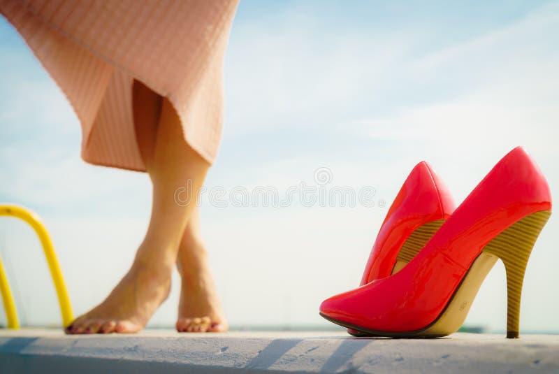 室外红色高跟鞋经典的鞋子 库存图片
