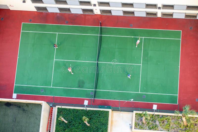 室外绿色和红色坚硬网球场鸟瞰图有四的 免版税库存图片