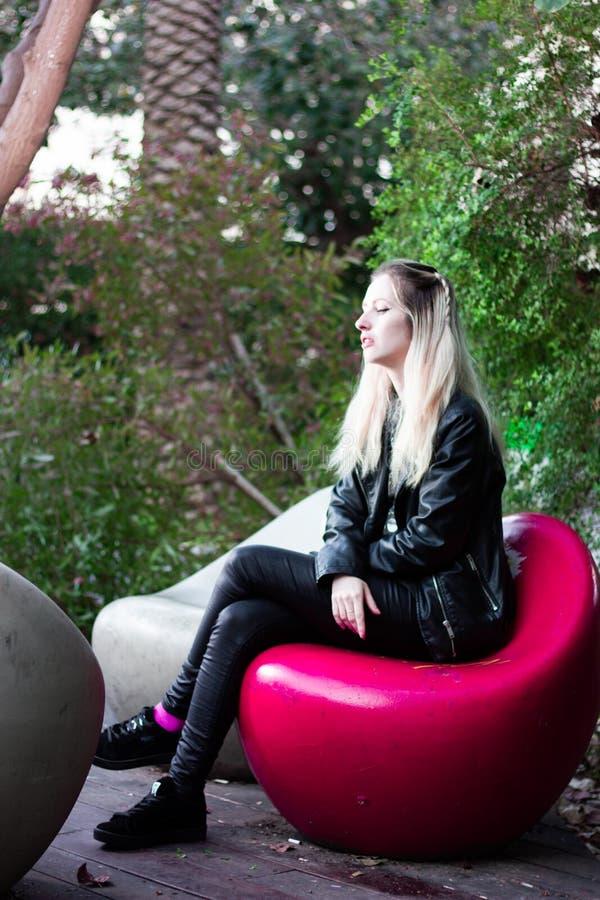 室外美丽的年轻白肤金发的夫人 免版税库存照片