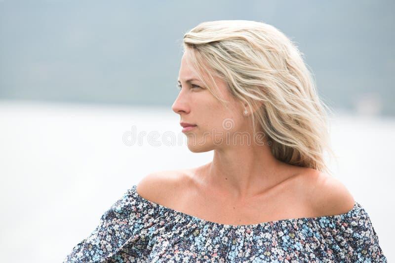 室外美丽的长发白肤金发的妇女,性感的肩膀画象  免版税库存图片