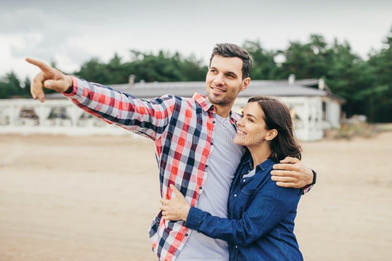 室外肉欲的夫妇有步行 图库摄影