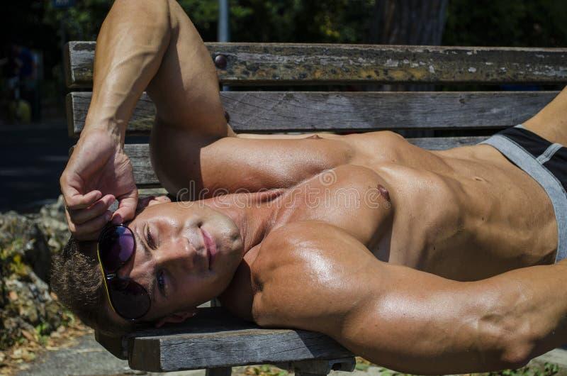 室外英俊的肌肉赤裸上身的厚片的人 免版税库存图片