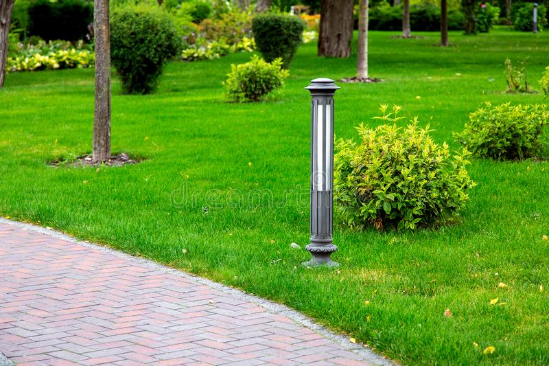 室外街灯由铁制成在庭院里 图库摄影