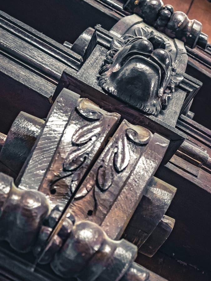 室外装饰用被刻记的木动物 库存图片