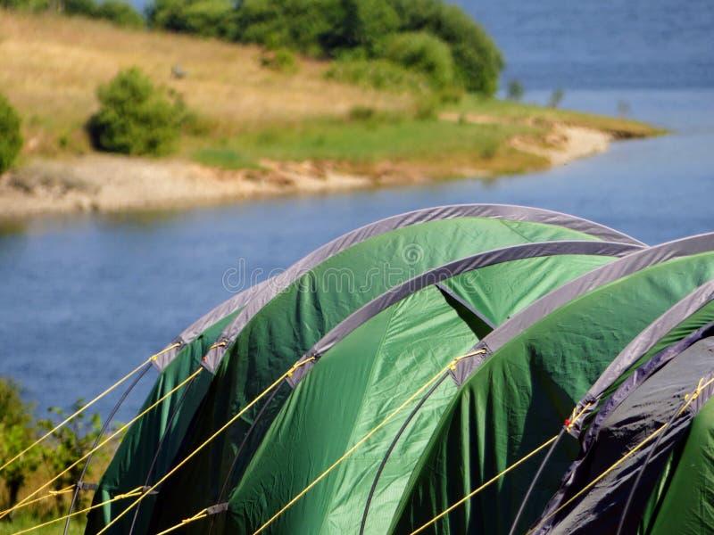 室外追求,野营在Wimbleball湖,英国,在热天气期间 英国热浪2018年 俯视湖的帐篷 库存照片