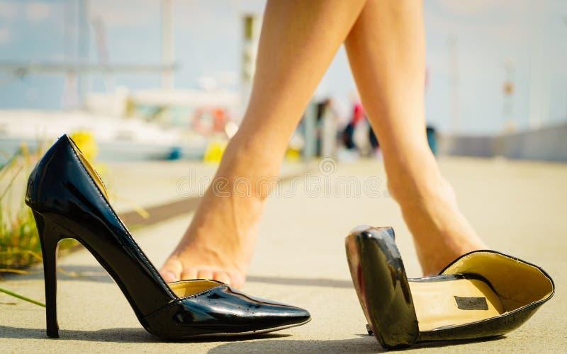 室外黑高跟鞋经典的鞋子 库存图片