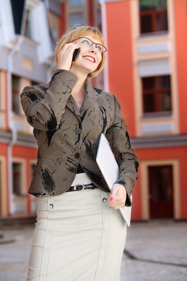 室外年轻的女商人 免版税库存图片