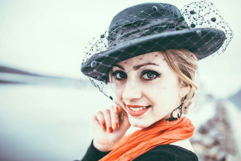 室外黑的礼服的年轻人相当性感的夫人 图库摄影