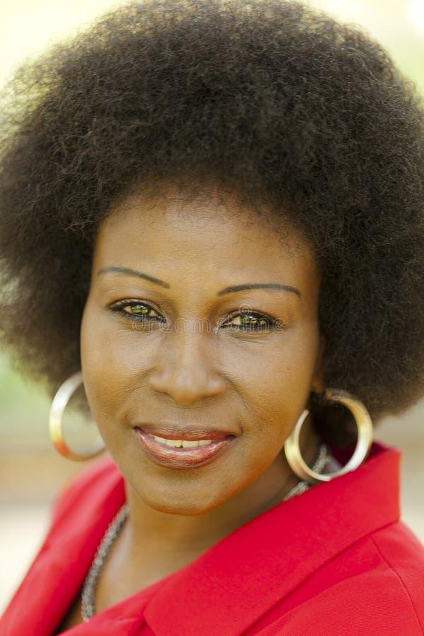 室外画象更旧的黑人妇女红色夹克 免版税图库摄影
