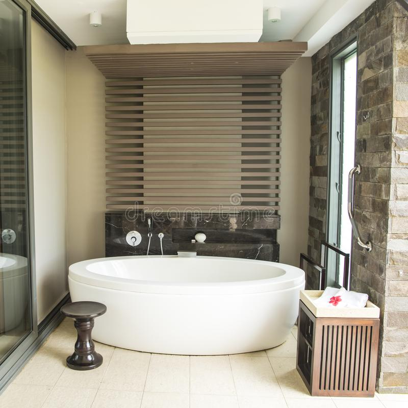 室外bathtube在比喻的豪华旅游胜地 库存图片