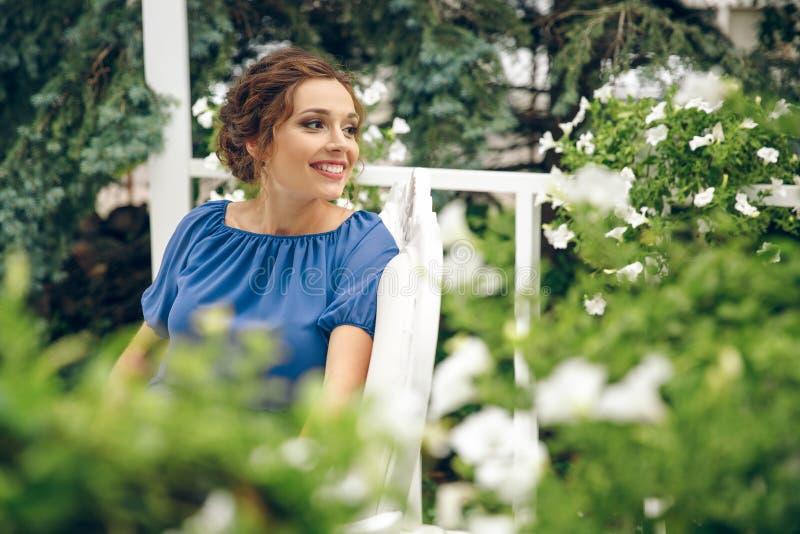 室外beautifu年轻白种人的妇女的画象 年轻微笑的妇女户外画象 接近的纵向 图库摄影