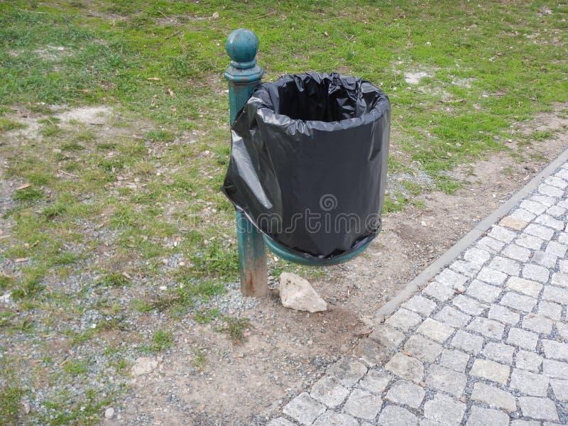 室外rubish容器在公园 免版税库存图片