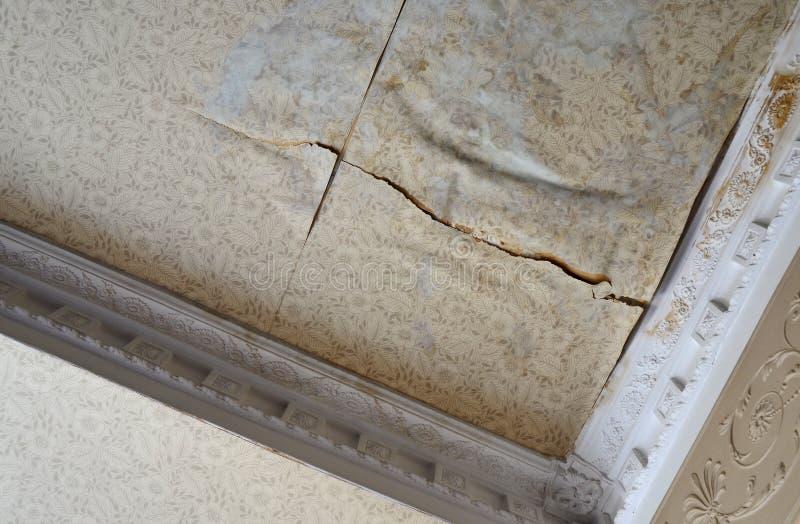 室损坏的天花板水 免版税库存照片