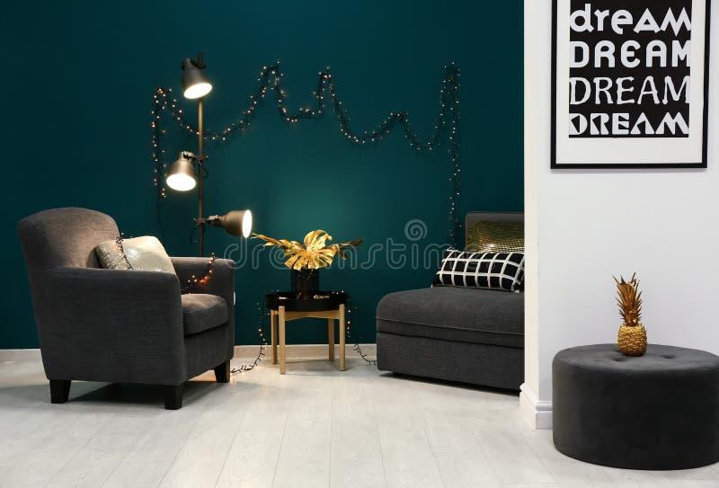 室时髦的内部有舒适的家具和金黄热带叶子的 免版税库存照片