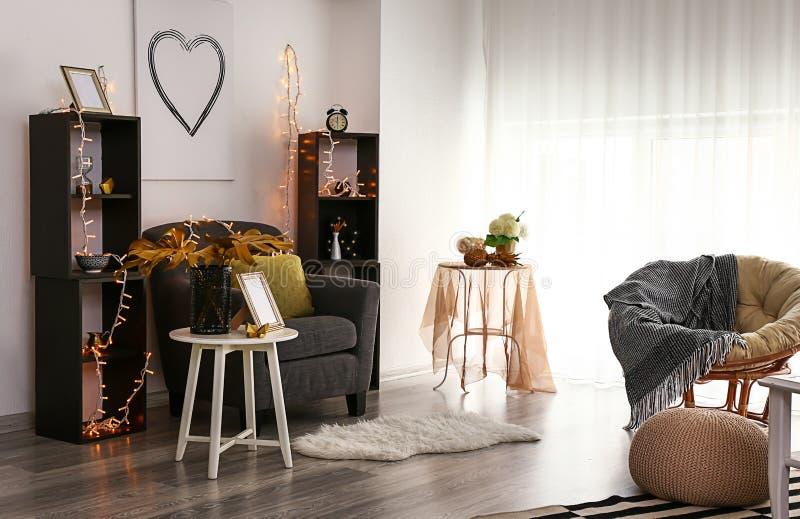 室时髦的内部有舒适的家具和金黄装饰的 免版税图库摄影