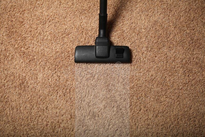 室清洁服务,在肮脏的地毯的吸尘器 库存照片