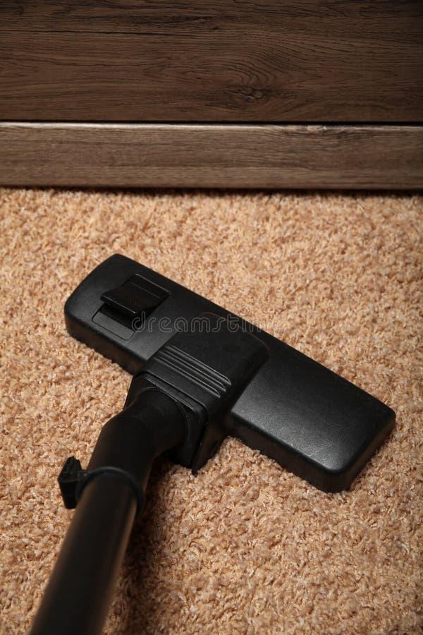 室清洁服务,在肮脏的地毯的吸尘器 库存图片