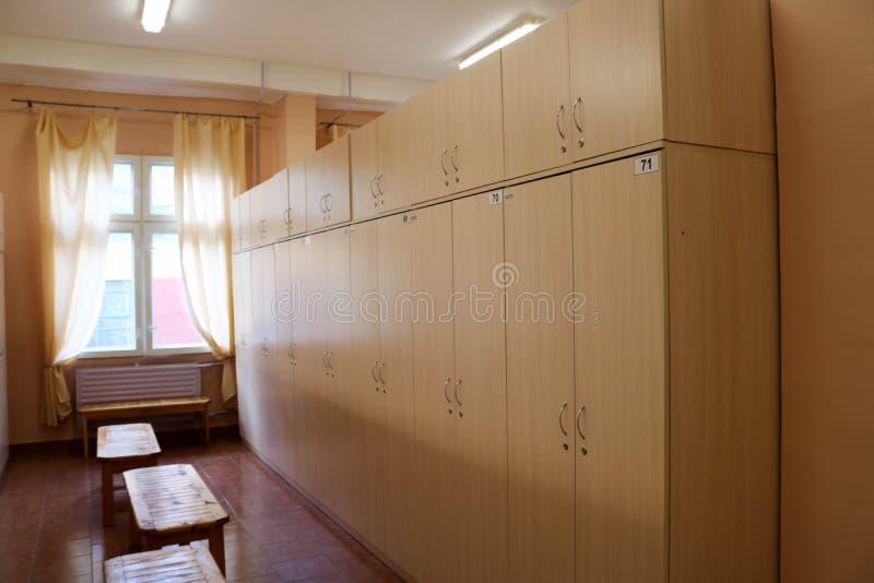 室,工作者的更衣室有改变的各自的衣物柜的在一套工厂设备穿衣 免版税库存图片
