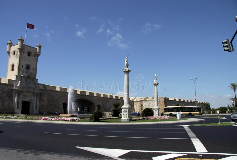 宪法广场是其中一座卡迪士大广场  在这个正方形是著名土制门和地球塔 免版税库存图片