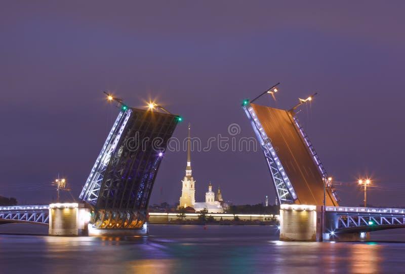 宫殿吊桥,不眠夜在圣彼得堡,俄罗斯 库存照片